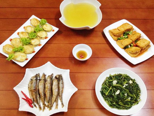 """Một bữa ăn hài hòa, đầy đủ lượng đạm, rau xanh và muối khoáng sẽ """"bù đắp"""" lại cho cơ thể sau khi vận động nặng."""