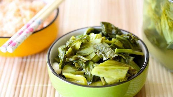 Người tăng huyết áp nên tránh các thức ăn muối mặn như dưa, cà.